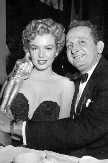 Monroe dans la soirée de Golden Globes. Beau cou et belle ligne du décolleté assez charmant !
