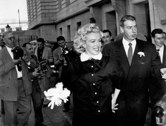 Marilyn porte du Charles Lemaire, une robe de cérémonie quand elle s'est mariée avec le joueur de rugby Joe DiMaggio