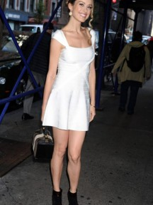 robe de cocktail blanche avec bottines noires