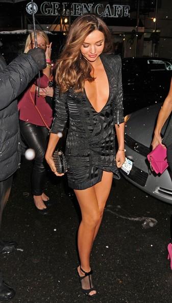 Miranda Kerr porte sa robe de cocktail noire plongeant sort de la voiture