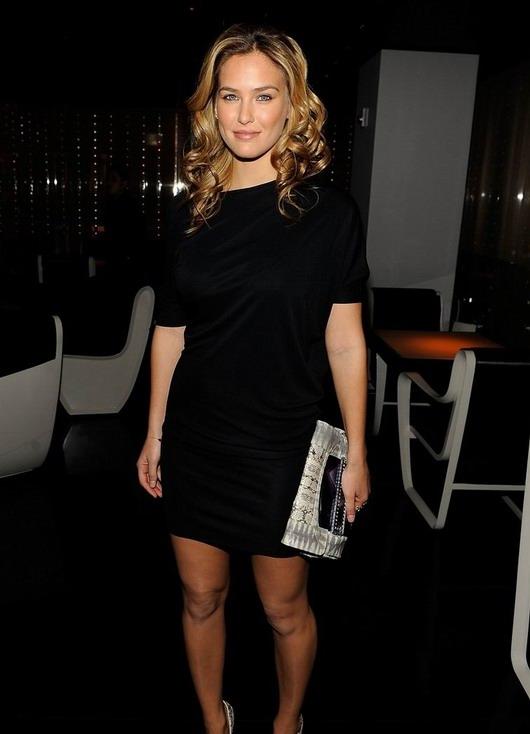 Bar Refaeli dans la soirée en portant sa petite robe noire d'Armani
