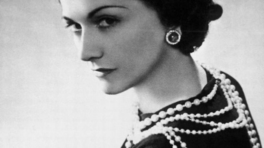 Photo noir et blanc : Coco Chanel et ses colliers de perles