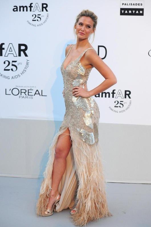 robe de cocktail à paillettes avec l'ouverture frontale de Bar Refaeli