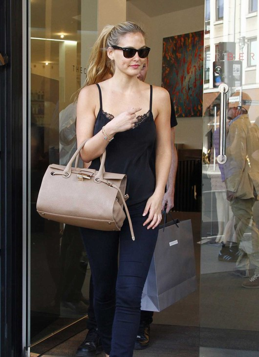 tenue simple et quotidienne de Bar Refaeli