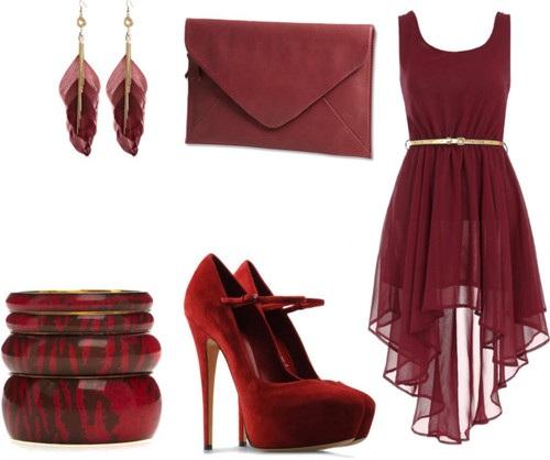 Une robe, une paire de talons aiguilles, un sac à main et les boucles d'oreilles sont en couleur bordeaux.