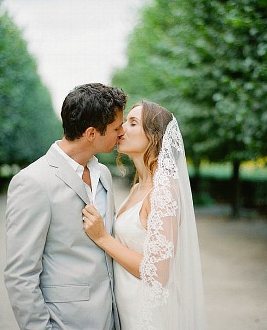 nouveau couple s'embrasse dans l'avenue