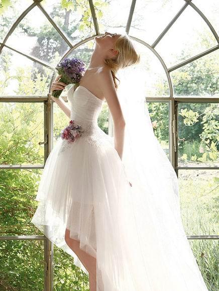 belle photo de mariée portant la robe de mariage courte et un bouquet de lavandes