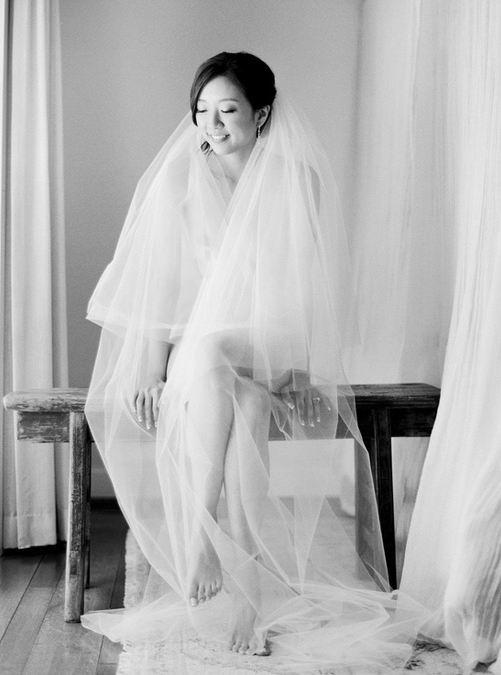 photo en blanc et noir de la mariée portant une longue voile en tulle