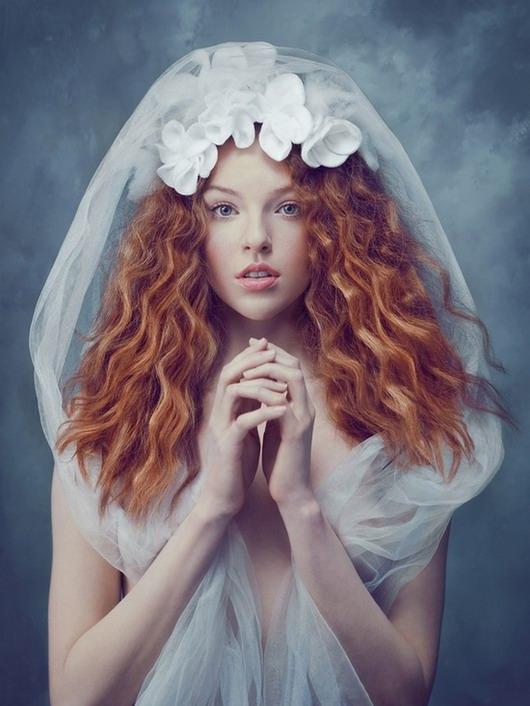 photo vintage de la mariée portant une voile longue avec des fleurs