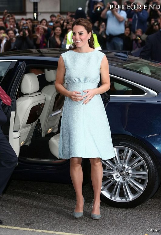 robe courte bleue pastel signée Emilia Wickstead de Kate Middleton lors d'une visite au National Portrait Gallery  à Londres