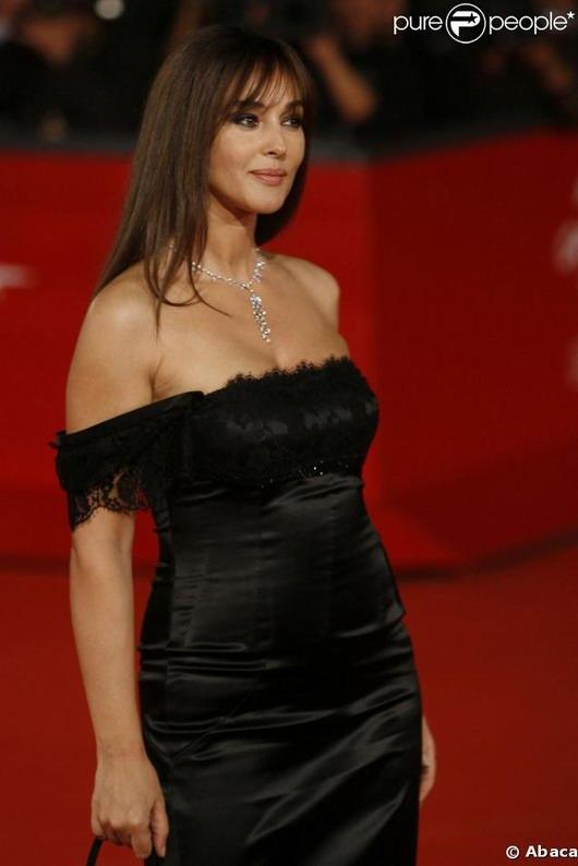 robe noire aux épaules dénudées de Monica Bellucci