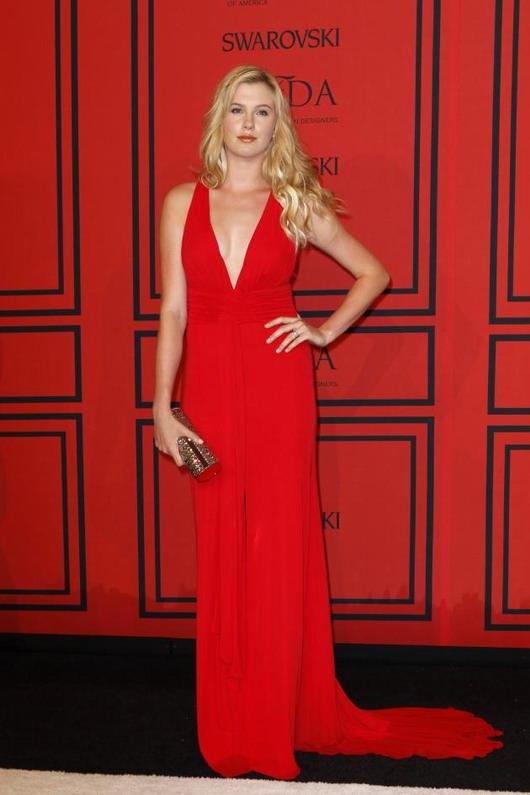 robe longue de soirée rouge hyper sexy à col-V de Ireland Baldwin aux CFDA Awards