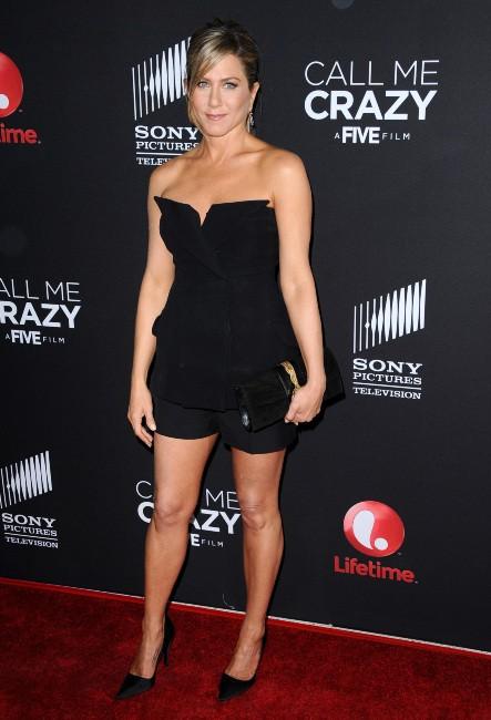 à l'avant première du film « Call Me Crazy : A Five Film », Jennifer Aniston a opté pour un ensemble bustier et short tout noir