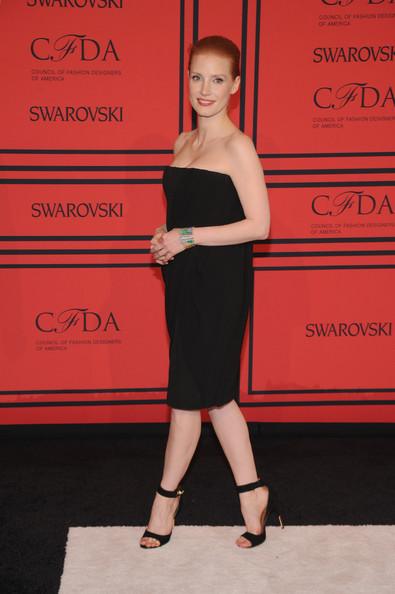 petite robe noire bustier de la maison Givenchy portée par Jessica Chastain aux CFDA Awards