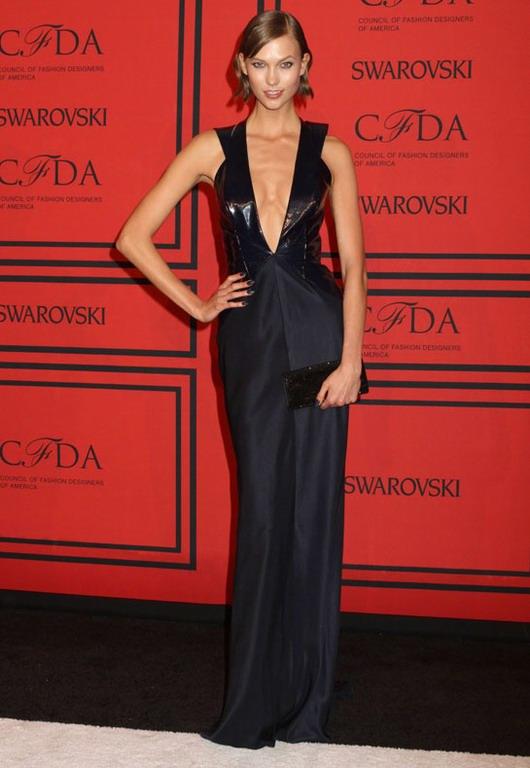 robe longue de la marque Cushnie & Ochs à col profond V par Karlie Kloss aux CFDA Awards