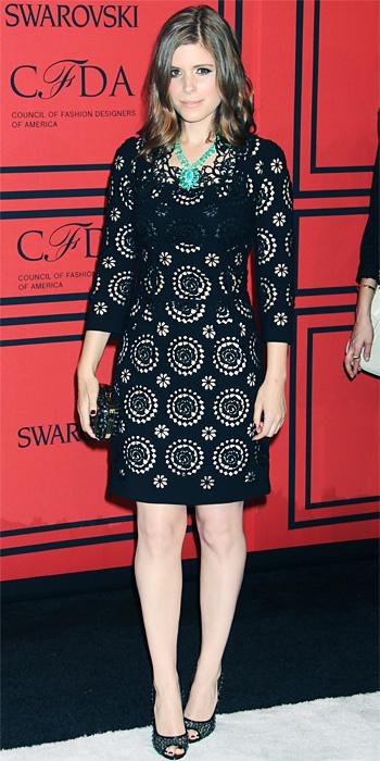 robe noire cintrée et courte aux manches trois quarts portée par Kate Mara aux CFDA Awards