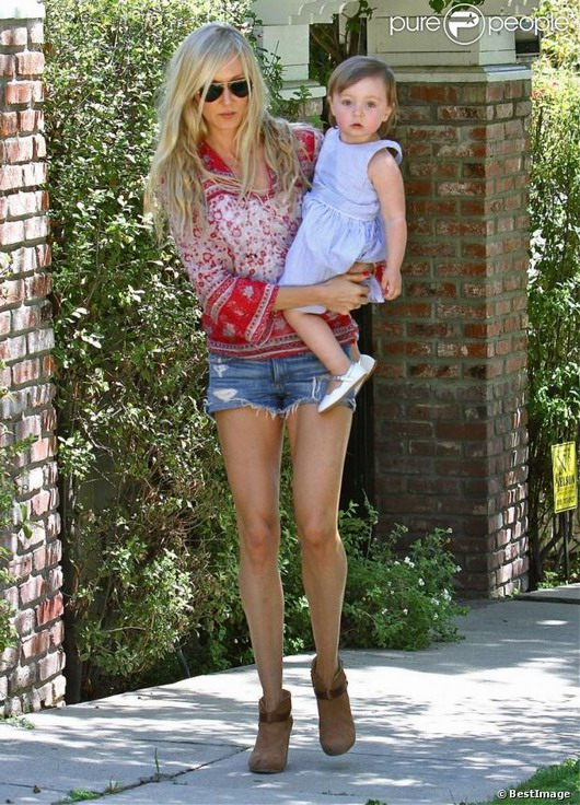 look casual et relax de Kimberly Stewart avec sa fille dans ses bras