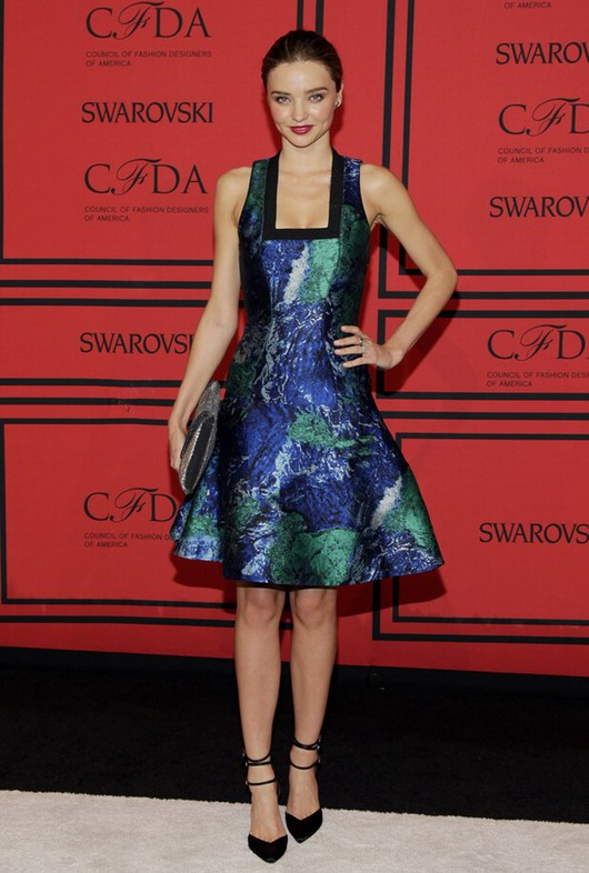 robe courte imprimée au décolleté carré de Miranda Kerr aux CFDA Awards