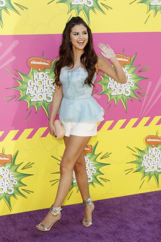 tenue printanière dans les tons pastel de Selena Gomezla à la 26ème cérémonie des Kids Choice Awards