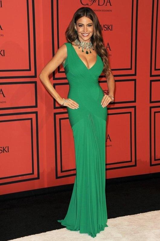 Sofia Vergara et sa robe de soirée verte à col-V aux CFDA Awards