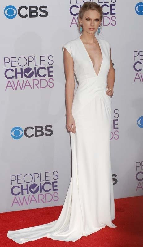 robe blanche profonde V de la maison Ralph Lauren par Taylor Swift