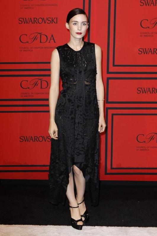 robe en dentelle noire de la griffe Calvin Klein par Rooney Mara aux CFDA Awards