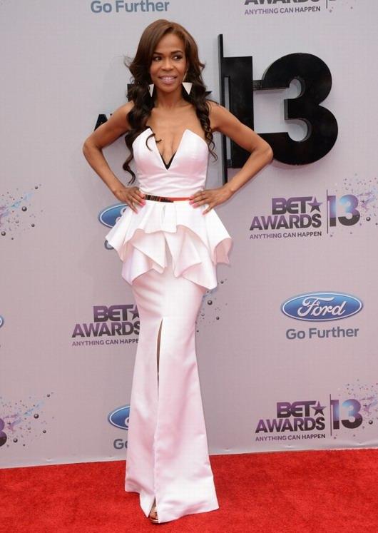 ensemble composé d'un top à volants et d'une jupe longue échancrée de Michelle Williams à la soirée des BET Awards