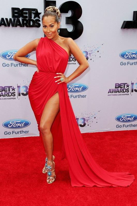 Adrienne Bailon et sa robe fendue rouge sur le tapis rouge de la cérémonie des BET Awards.