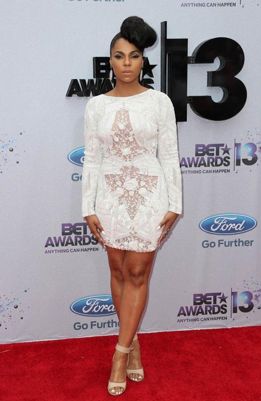 Ashanti est apparue vêtue d'une splendide robe courte fourreau sur le tapis rouge de la cérémonie BEST Awards