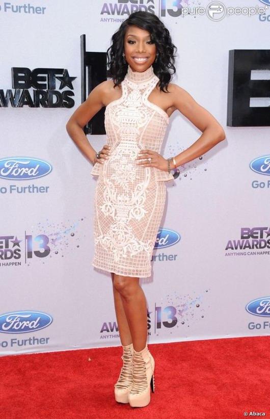 robe blanche court de Brandy dans la cérémonie des Best Awards