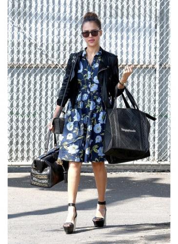 Jessica Alba en robe fleurie bleue et veste noir