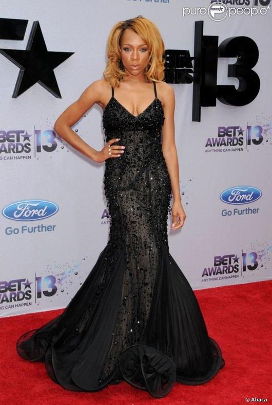 Lil' Mama porte la robe longue noire demie-transparente lors de la cérémonie des BET Awards