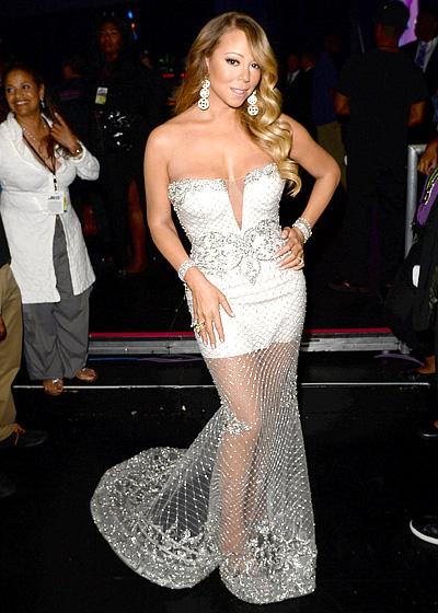 Mariah Carey et sa robe demie-transparente longue blanche dans la cérémonie des best Awards