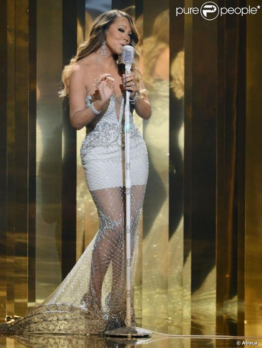 Mariah Carey dans sa magnifique robe transparente blanche avec une traîne pour un côté majestueux