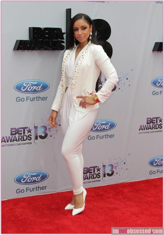 combinaison et veste structurée blanche de Mya à la soirée des BET Awards
