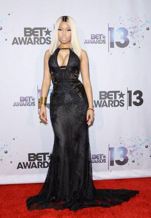robe longue noire de Nicki Minaj lors de la cérémonie des BET Awards