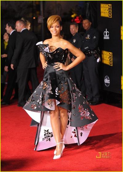 Rihanna dans une robe noire ajourée de Marchesa