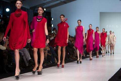 un défilé de mode avec un ton rouge
