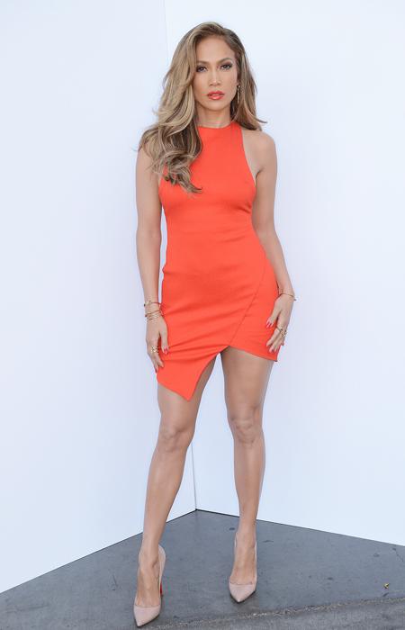 Jennifer Lopez en robe orange asymétrique