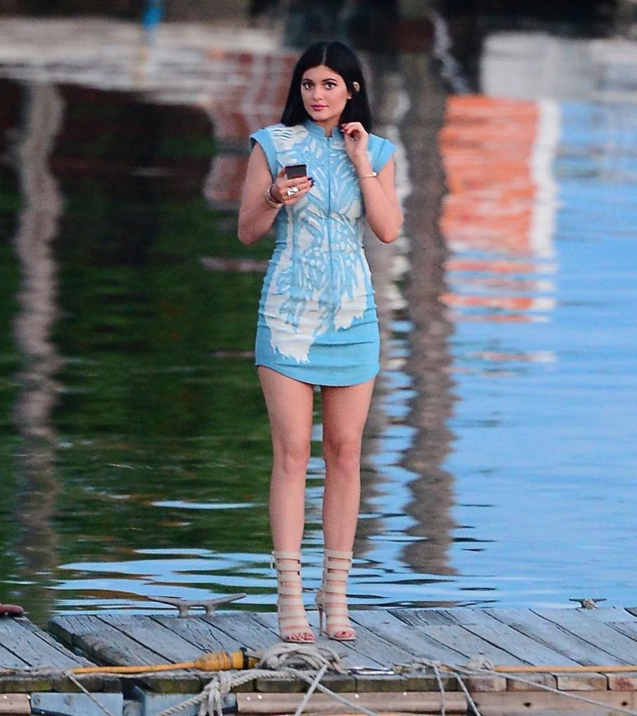 Kylie Jenner en robe bleu ciel lors du diner d'anniversaire de sa grande sœur Khloe Kardashian