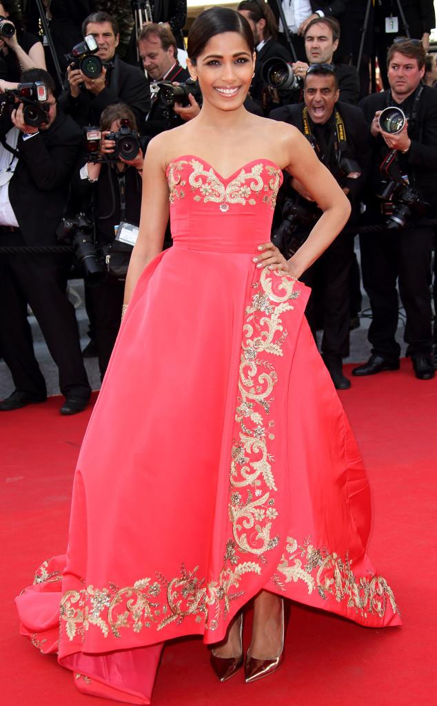 Freida Pinto en robe rouge Oscar de la Renta sur le tapis rouge de cannes 2014