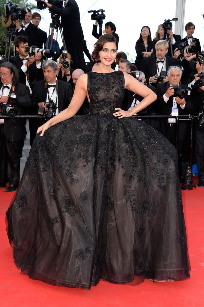 Sonam Kapoor en robe de bal noire au tapis rouge du festival de cannes 2014