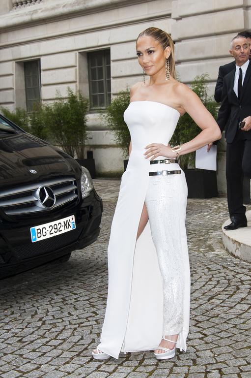 jennifer lopez portait une robe blanche fendue au défilé versace 2014