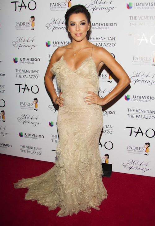 Eva Longoria sublime en robe dorée pleine de frous-frous à ses pieds et décolletée dans le dos