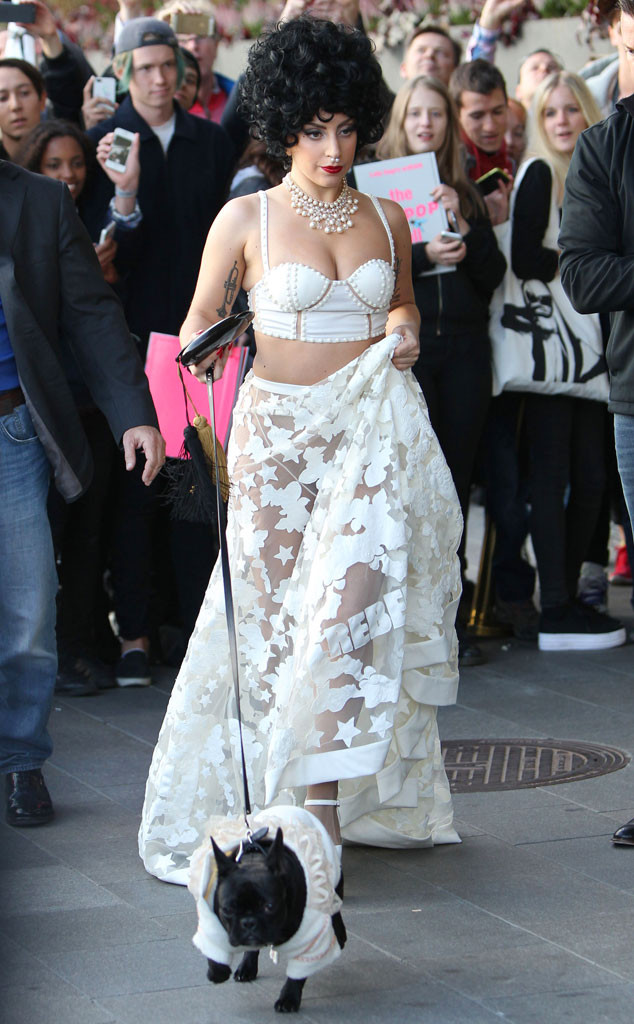 Lady Gaga avec son ensemble blanc