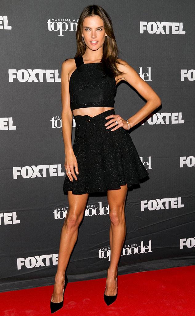 Alessandra Ambrosio dévoile ses longues jambes en portant l'ensemble noir
