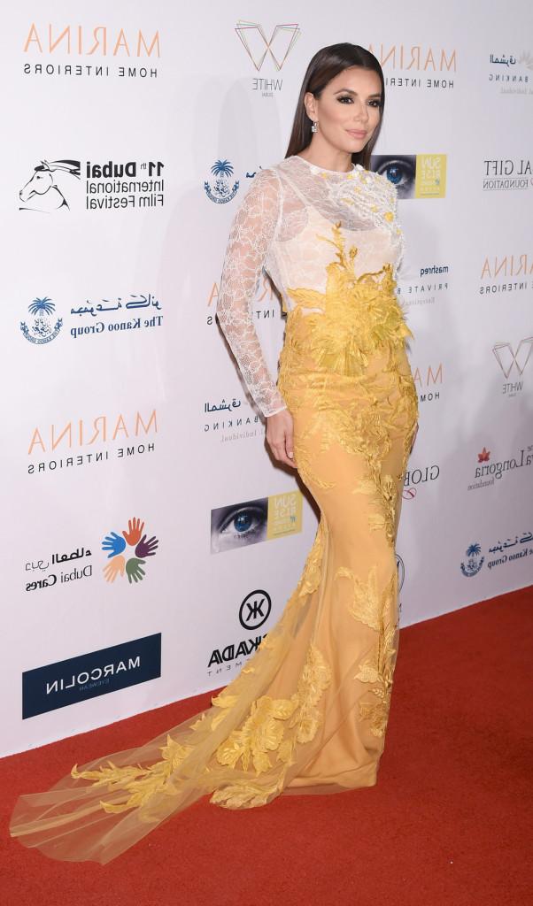 Eva Longoria en robe de soirée jaune et blanche signée Ali Younes