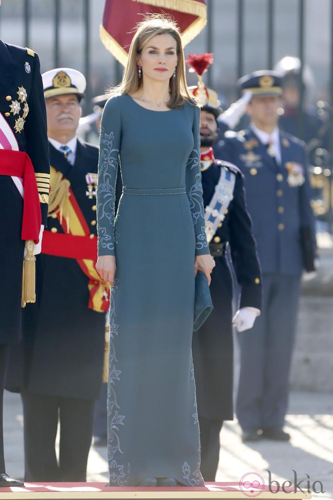 Letizia d'Espagne en robe de soirée longue bleue