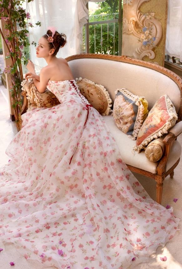 Robe de mariée colorée rose fleurie originale