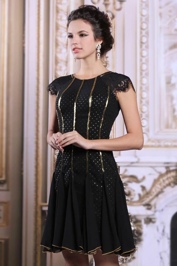 Petite robe noire chic et courte en dentelle vintage